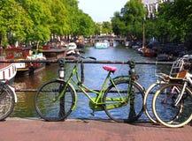 Holländsk cykel på en bro royaltyfria bilder