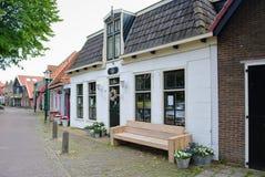 Holländsk gata med tegelstenhus Arkivbild