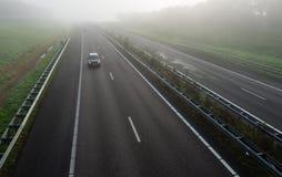 Holländsk huvudväg på en dimmig morgon Arkivfoton