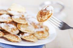 Holländsk mat: 'Poffertjes' eller små pannkakor Arkivfoto