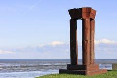 Holländsk monument längs Waddenzee nära Noordkaap royaltyfri bild