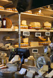 Holländsk ost på skärm shoppar in arkivbilder