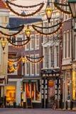 Holländsk shoppinggata med julgarnering i Haag Royaltyfri Bild