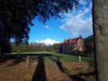 Holländsk slott i skog royaltyfri bild