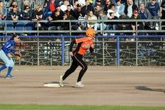 Holländsk spelare/löpare som försöker att nå den nästa grunden arkivbild