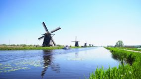 Holländsk väderkvarn över flodvatten stock video