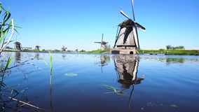 Holländsk väderkvarn över flodvatten arkivfilmer