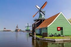 Holländsk väderkvarn av Zaanse Schans, Netherland Arkivbilder