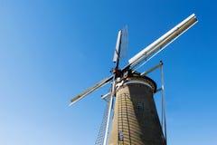 Holländsk väderkvarn med ljus bakgrund för blå himmel Royaltyfri Foto