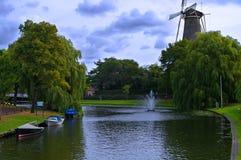 Holländsk väderkvarn och kanal i Leiden, Nederländerna Arkivbild
