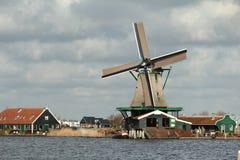 Holländsk väderkvarn på sidan av floden Royaltyfria Bilder