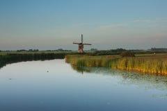 Holländsk väderkvarn på solnedgången Fotografering för Bildbyråer