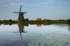Holländsk väderkvarn reflekterad i floden Arkivfoton