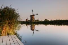 Holländsk väderkvarn reflekterad i floden Arkivbilder
