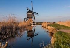 Holländsk väderkvarn reflekterad i floden Arkivfoto