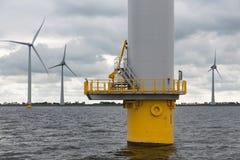 Holländsk vindturbin för fundament i havet arkivfoto
