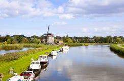 Holländsk wind mal på floden Arkivbild