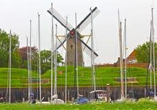 Holländsk Windmill och fartyg arkivbild
