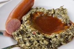 Holländska Boerenkool Stampot mosade krukan av mosade potatisar blandade med grönkål, rökt korv arkivfoton
