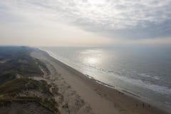 Holländska dyn vid havet från över royaltyfri foto
