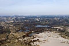 Holländska dyn vid havet från över arkivbilder