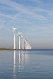 Holländska frånlands- windturbiner i ett lugnat hav Arkivfoton
