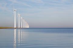 Holländska frånlands- windturbiner i ett lugnat hav Royaltyfri Bild