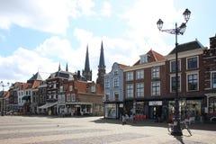 Holländska historiska fasader på marknadsfyrkanten, delftfajans Arkivbilder