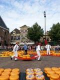 Holländska män på den Alkmaar ostmarknaden Nederland Royaltyfri Bild