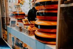 Holländska ostar fyller på en specialist som ost shoppar amsterdam Nederländerna fotografering för bildbyråer
