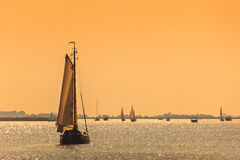 Holländska seglingskepp för Frisian under solnedgång arkivbild
