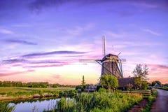 Holländska soluppgångväderkvarnar Fotografering för Bildbyråer