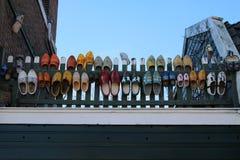 Holländska traditionella gamla skor stoppar till i olika färger Fotografering för Bildbyråer