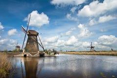 Holländska väderkvarnar i Kinderdijk&qu ot; , en berömd by i Nederländerna var du kan besöka de gamla traditionella väderkvarnarn Arkivbilder