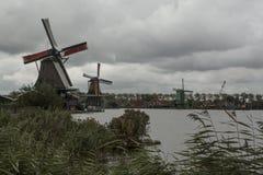 Holländska väderkvarnar i Zaansen Schans fotografering för bildbyråer