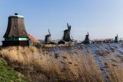 Holländska väderkvarnar med kanalen stänger Amsterdam Royaltyfria Bilder