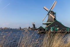 Holländska väderkvarnar med kanalen stänger Amsterdam Fotografering för Bildbyråer