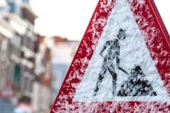 Holländskt konstruktionsvägmärke i vinter Royaltyfria Foton