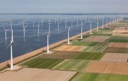 Holländskt landskap för flyg- sikt med turbiner för frånlands- vind längs kust royaltyfria bilder