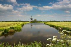 Holländskt landskap med väderkvarnen Royaltyfri Fotografi