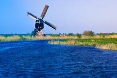 Holländskt polderlandskap med den traditionella väderkvarnen arkivbild