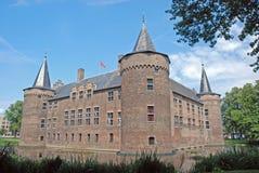 Holländskt slott Helmond, fyrkantigt medeltida omgett med vallgrav slott Arkivbild