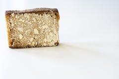 Holl?ndskt kryddat br?d kallade Ontbijtkoek eller Peperkoek P? den vita tabellen Utrymme f?r text royaltyfri fotografi