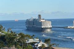 Holland America skeppNieuw Amsterdam avtågande Fort Lauderdale FL Royaltyfri Foto