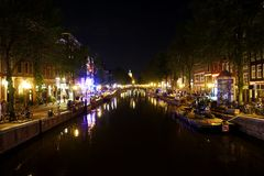 Holland, Amsterdam, the city with its water channels by night stock photography
