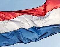 Holland flagga mot himlen Arkivfoto