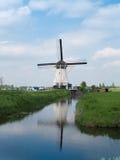 Holland lantlig väderkvarn i Kinderdijk över vatten royaltyfri bild