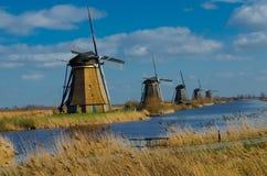 Holland väderkvarnar ror i Kinderdijk Arkivfoto