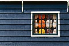 Holland verstopft Schuhe im Fenster Lizenzfreies Stockbild
