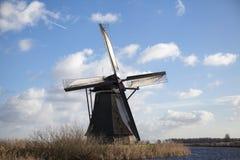 Holland-Windmühle auf einem Kanal Alte Mühlkreide und -mehl Der schöne Hintergrund der Landschaft von Holland Stockfotografie